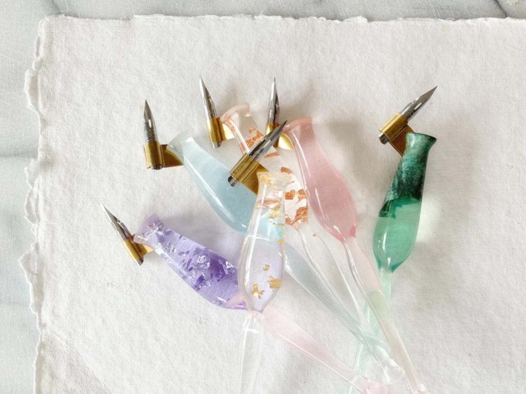 Les Apprentis Lettreurs - porte-plumes en résine par Kestrel Montes